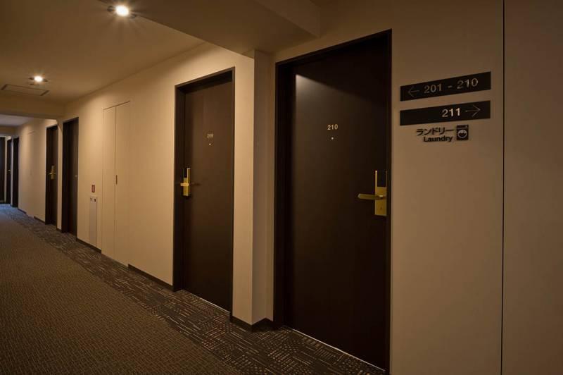 客室フロアへはご宿泊のお客さまのみお入りいただけるよう、エレベーターにはセキュリティがございます。各階ごとに四季のコンセプトと香りがあり、泊まるたびに違う表情の「ココネ」を感じられます。