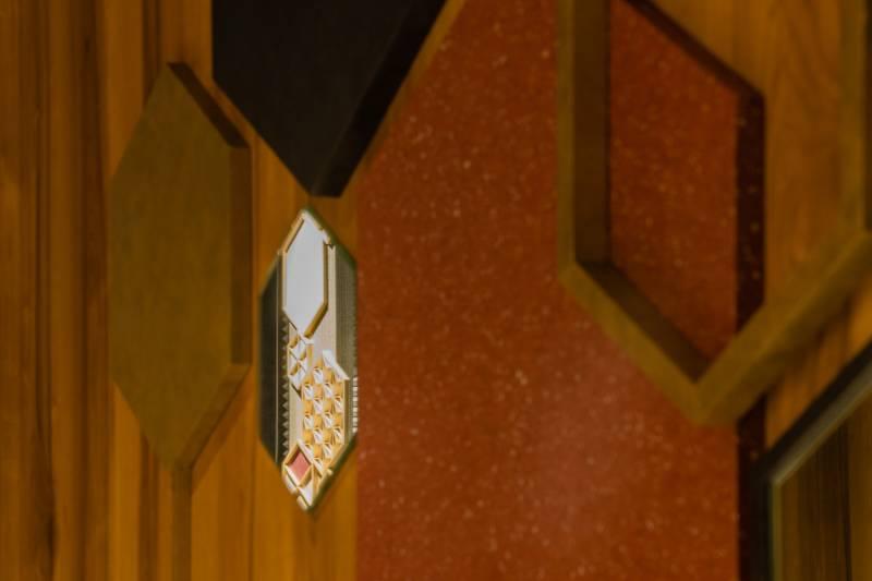 麻の葉、江戸小紋の文様から影響を受けた、日本古来の伝統的なデザインをイメージ