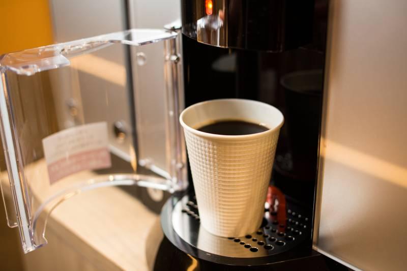 4.厳選豆挽きたてコーヒー、紅茶、ココア、ハーブティー飲み放題。快適なお部屋時間へのサポート
